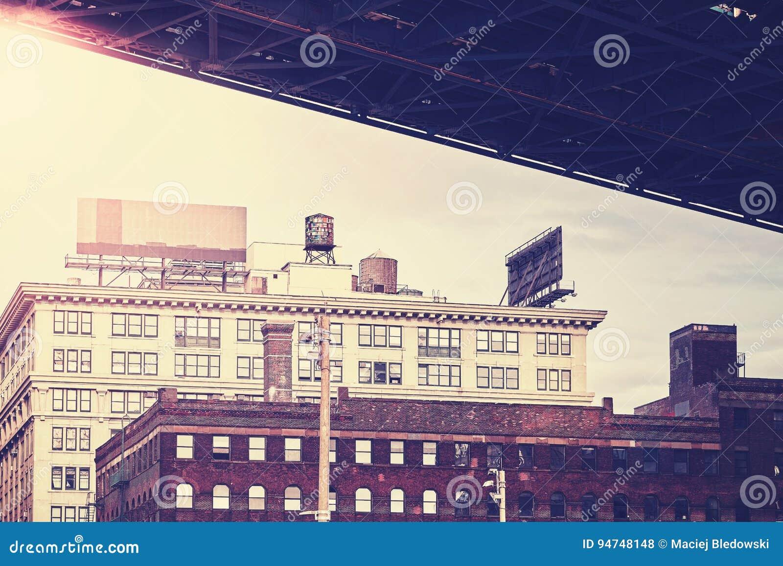 Под мостом Манхаттана, ретро стилизованный район Dumbo, NYC