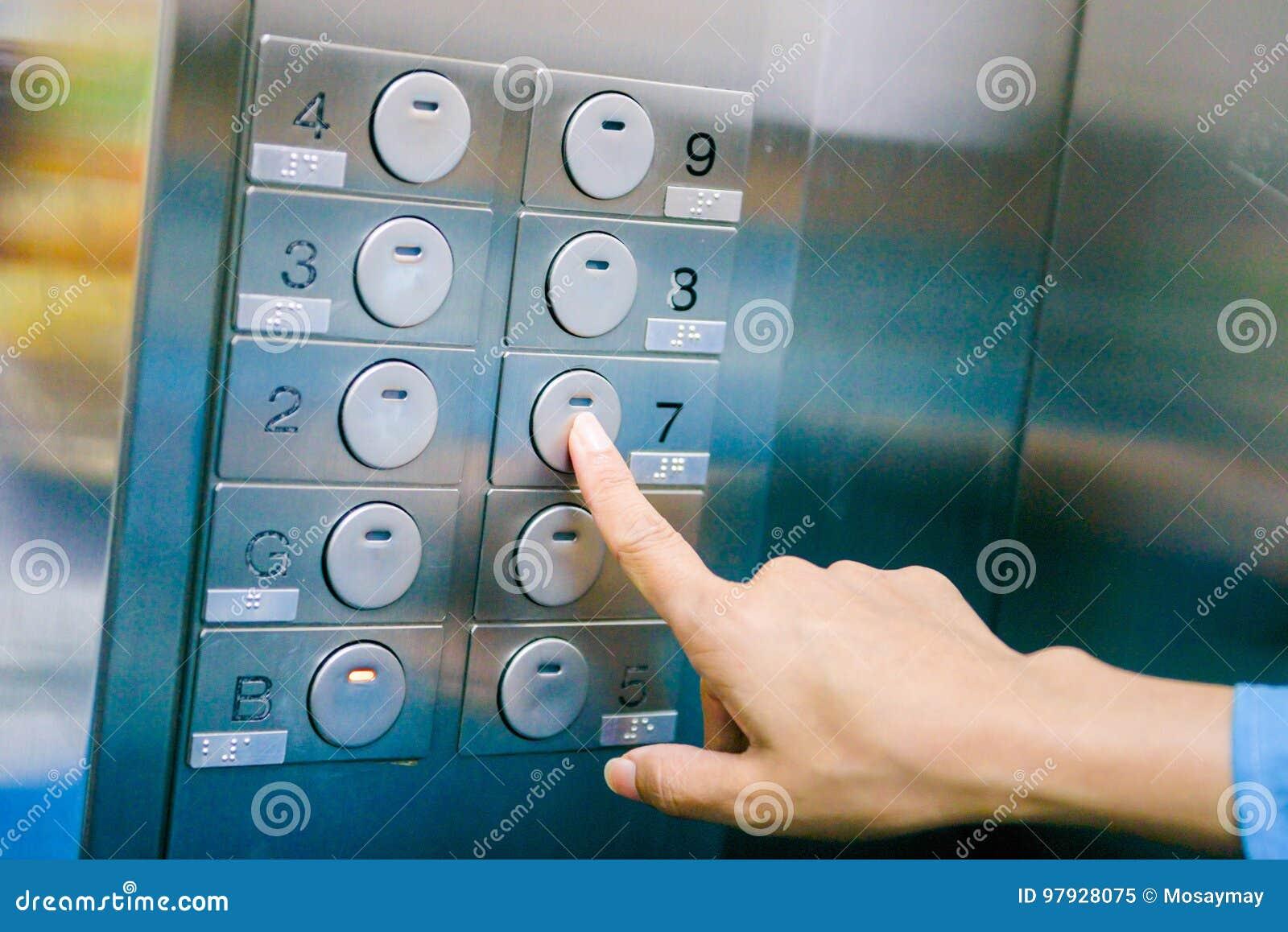 Русская зрелая женщина в лифте, мастурбация мокрой киски