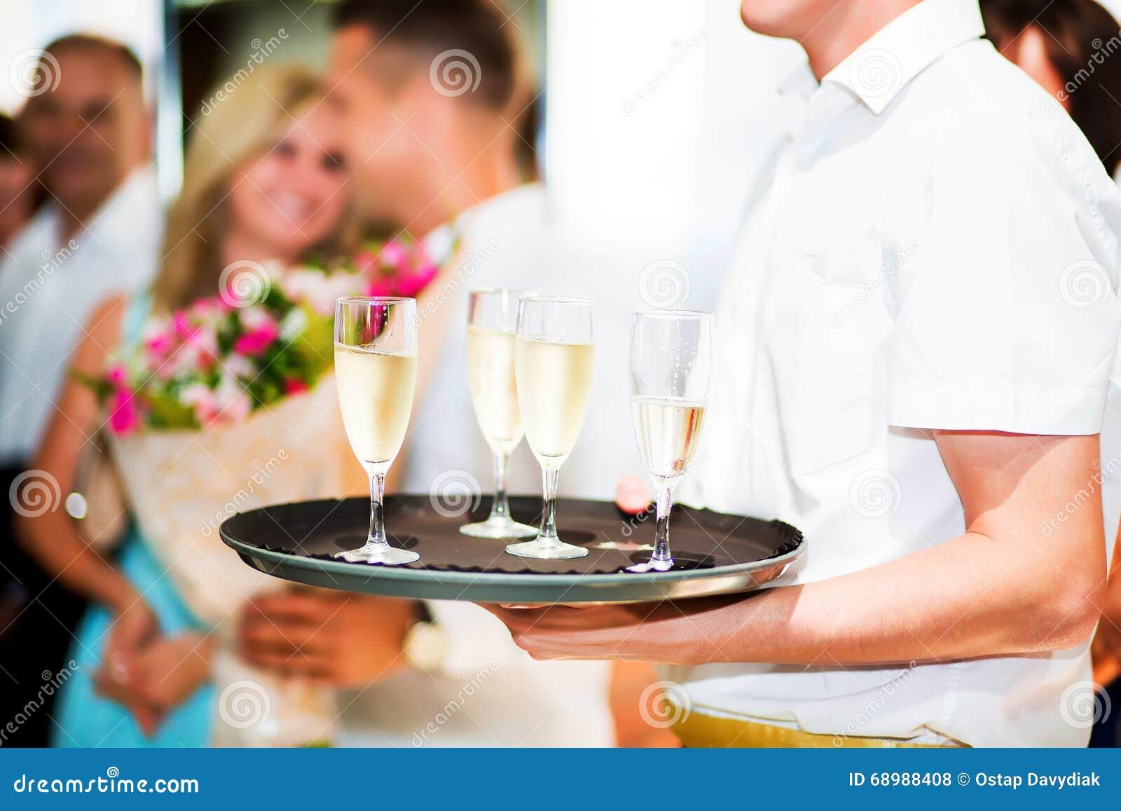 поднос стекел шампанского полный