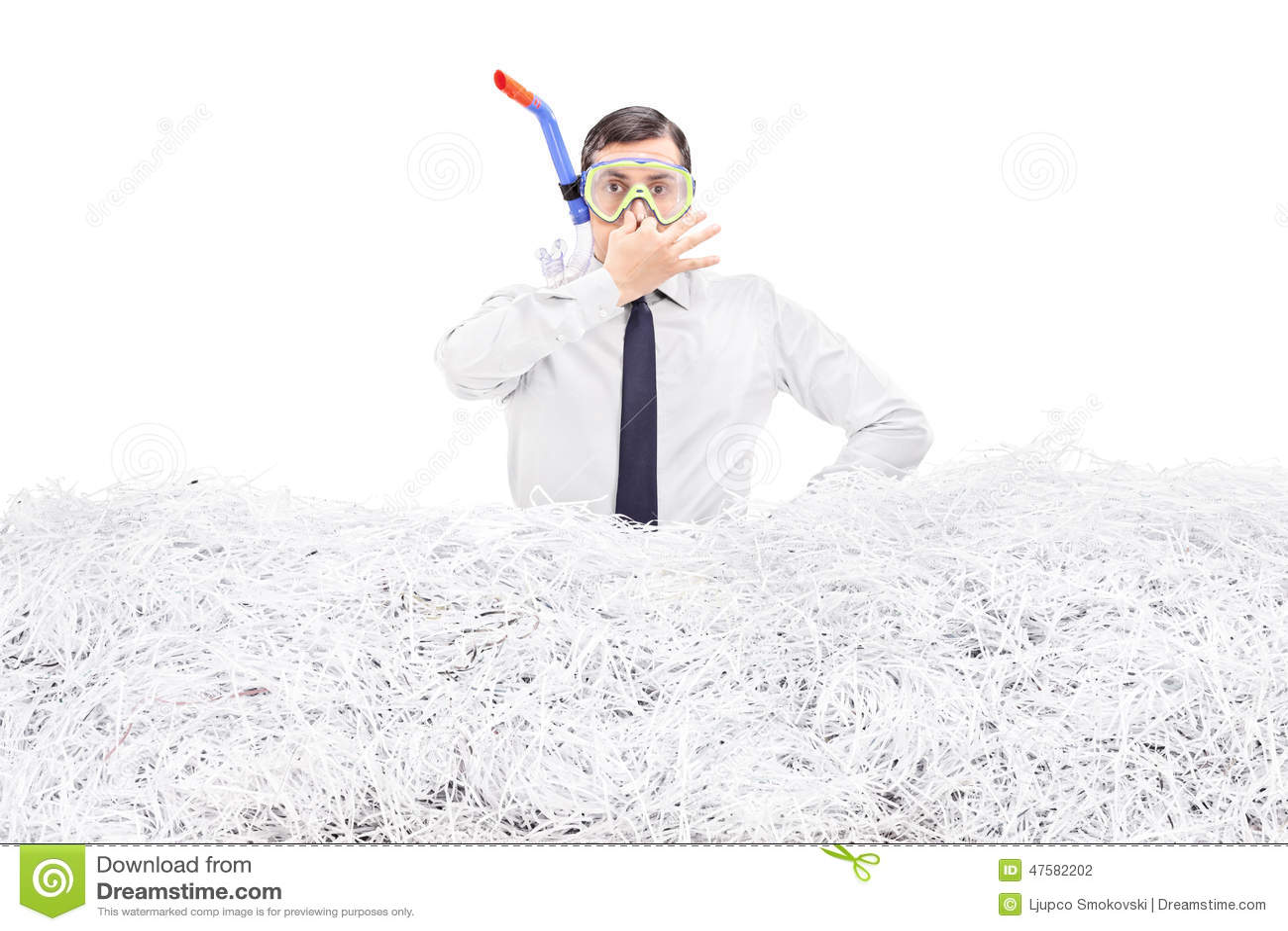 Подныривание бизнесмена в кучу shredded бумаги