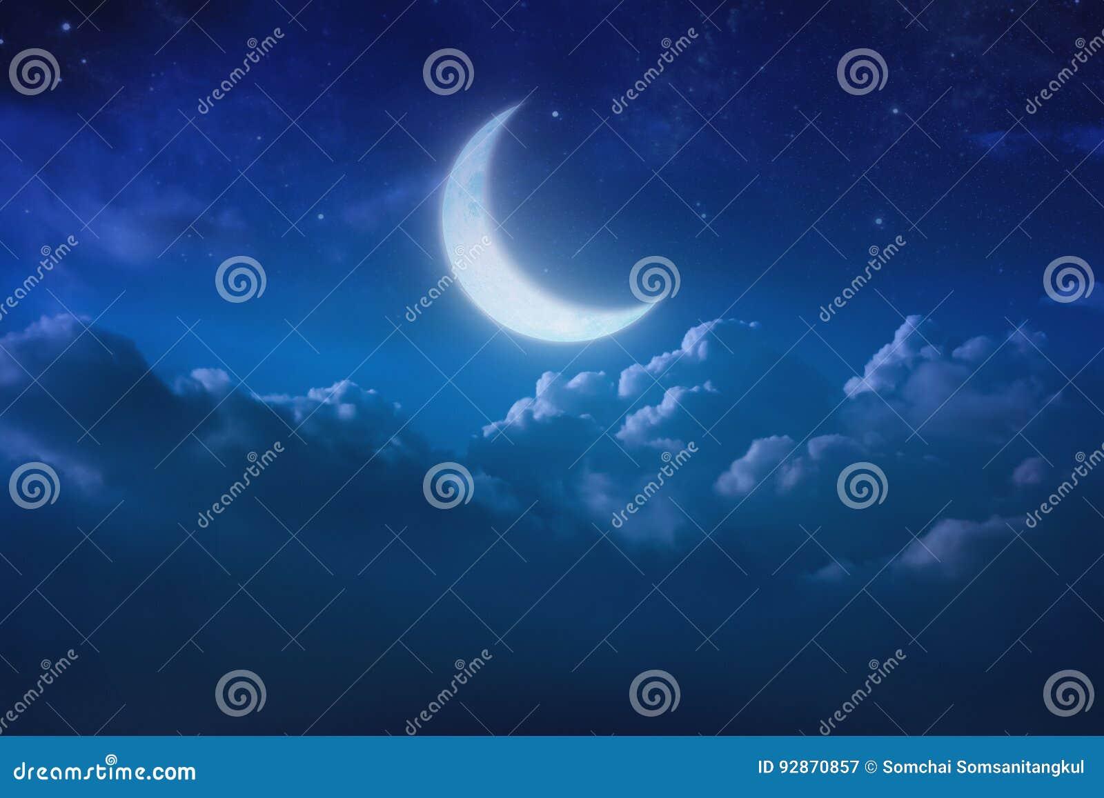 Половинная голубая луна за пасмурным на небе и звезде на ноче outdoors