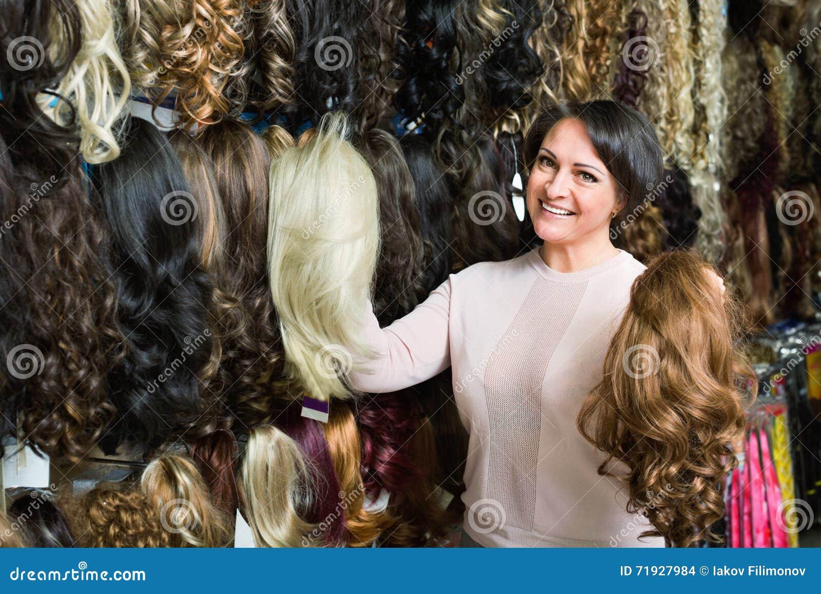 Положительной женщина постаретая серединой покупая расширение волос