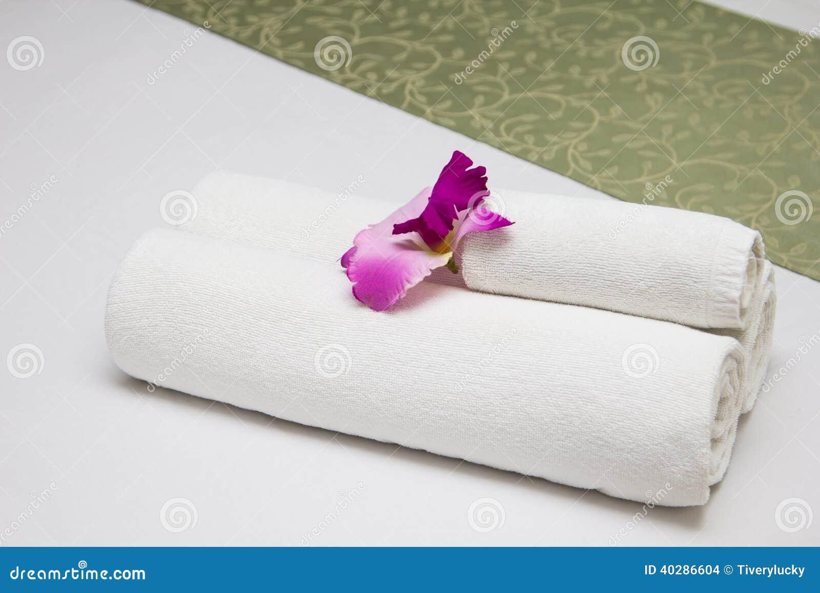 Полотенца на кровати