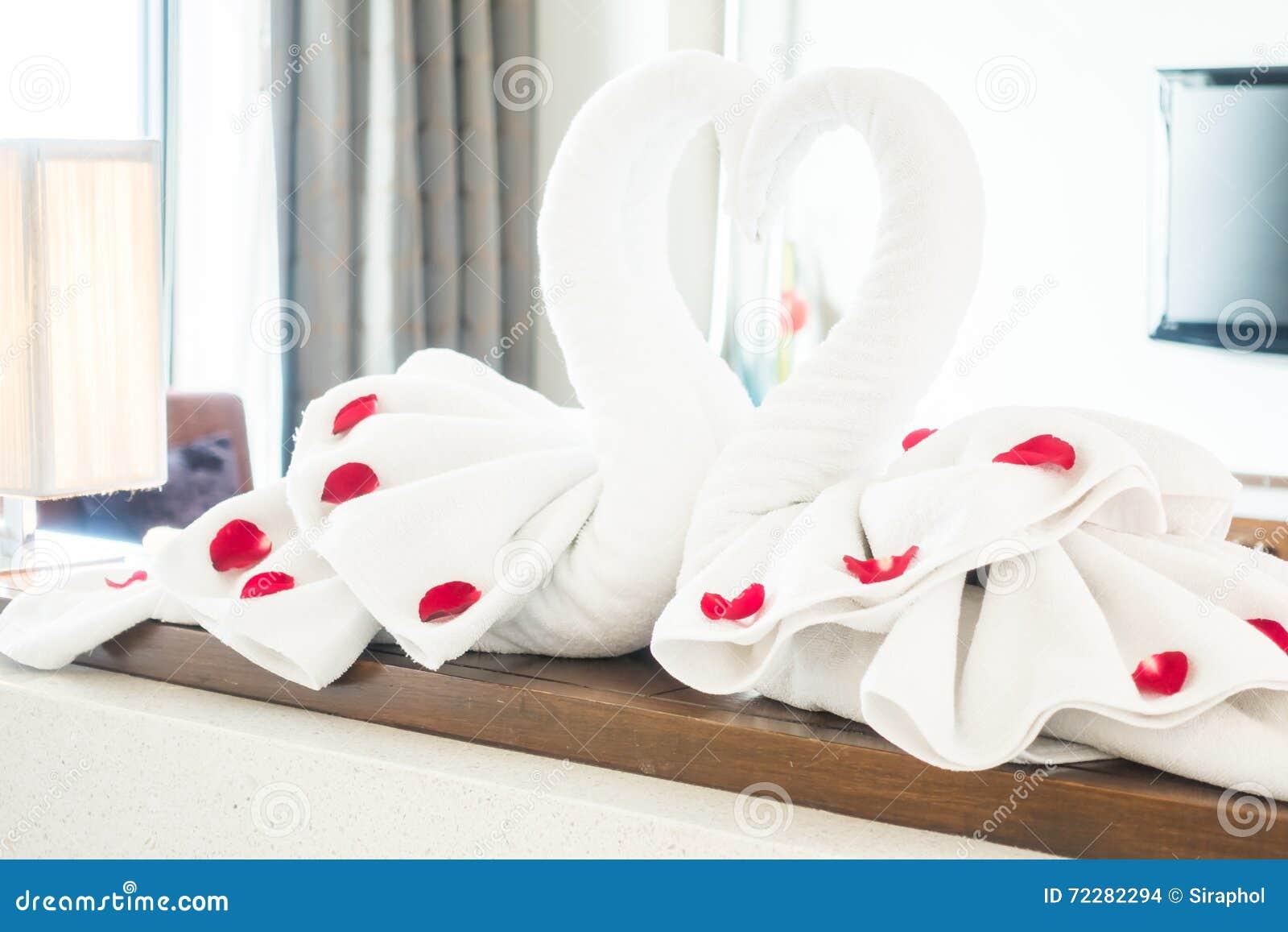Download Полотенце лебедя стоковое фото. изображение насчитывающей комната - 72282294