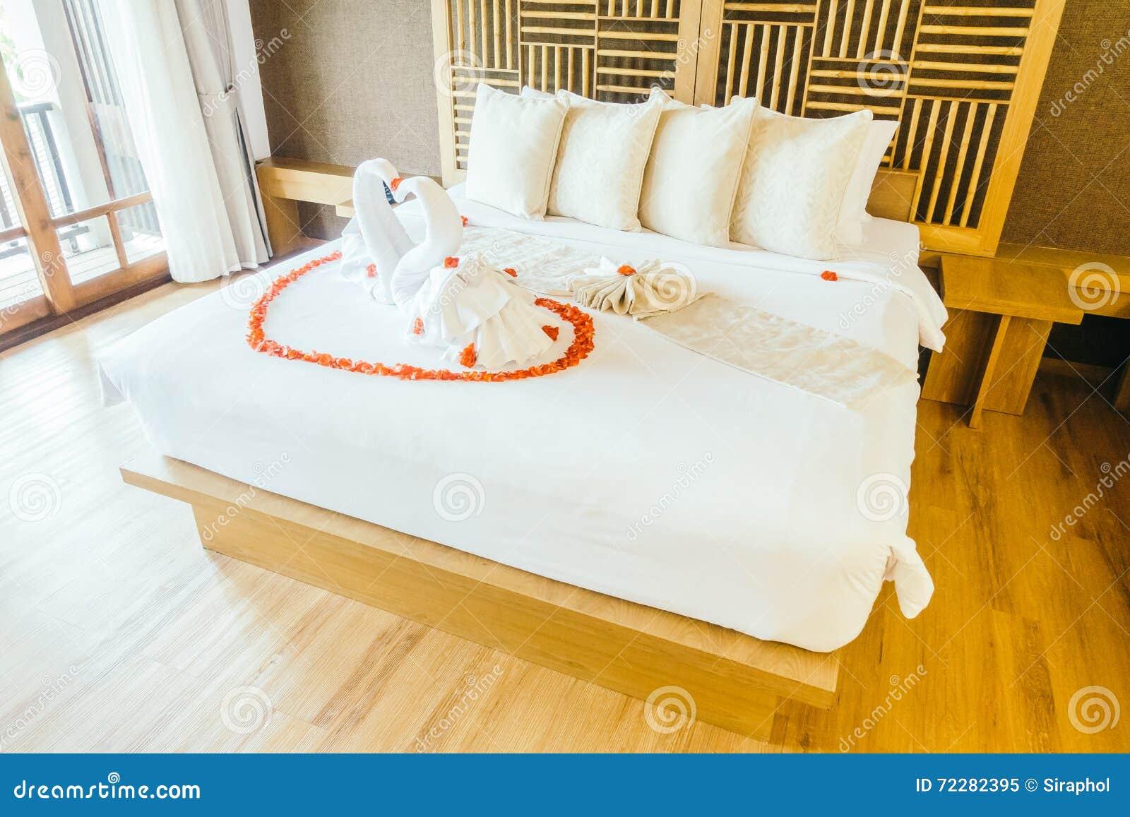 Download Полотенце лебедя стоковое изображение. изображение насчитывающей валентайн - 72282395