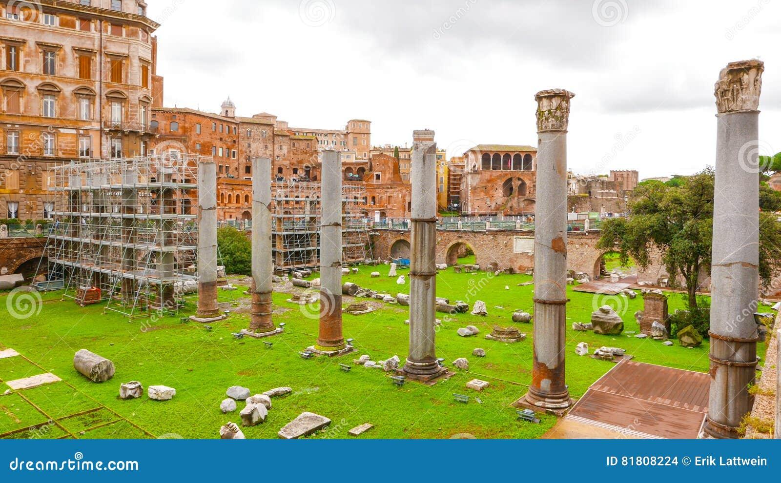 Под открытым небом музей - форум Traian в Риме