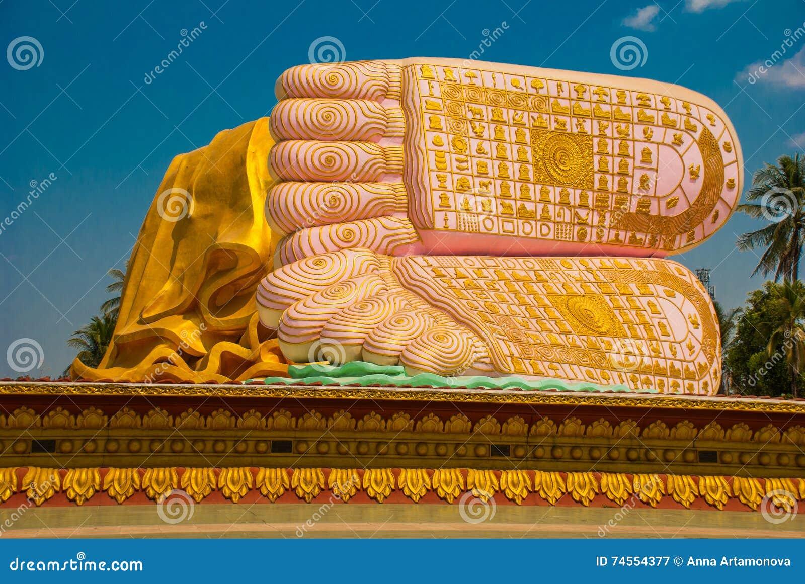 Подошвы ног Mya Tha Lyaung возлежа Будда Bago Myanma Бирма