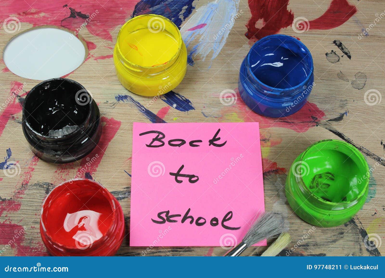 Подпишите, назад к ` школы на паллете краски с инструментами краски
