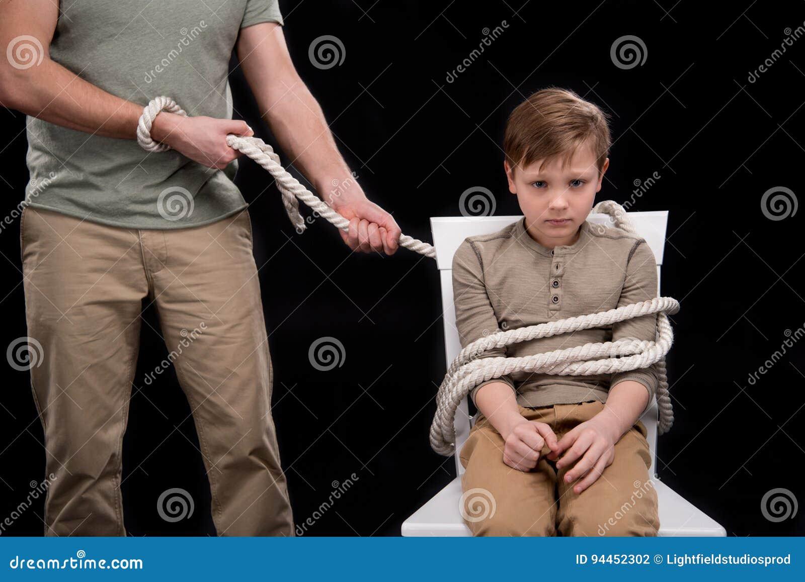 Друг связал друга веревкой на стуле