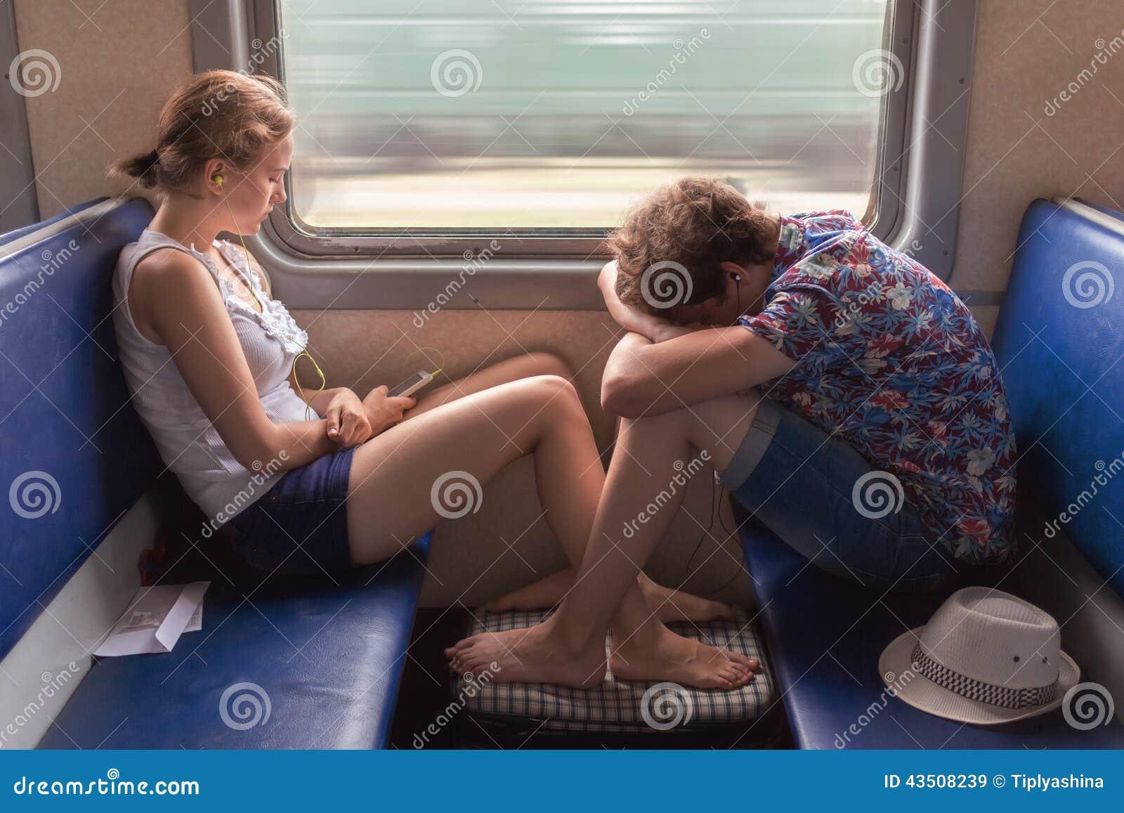 женщина трогает член незнакомца в поезде смотреть было натаскать