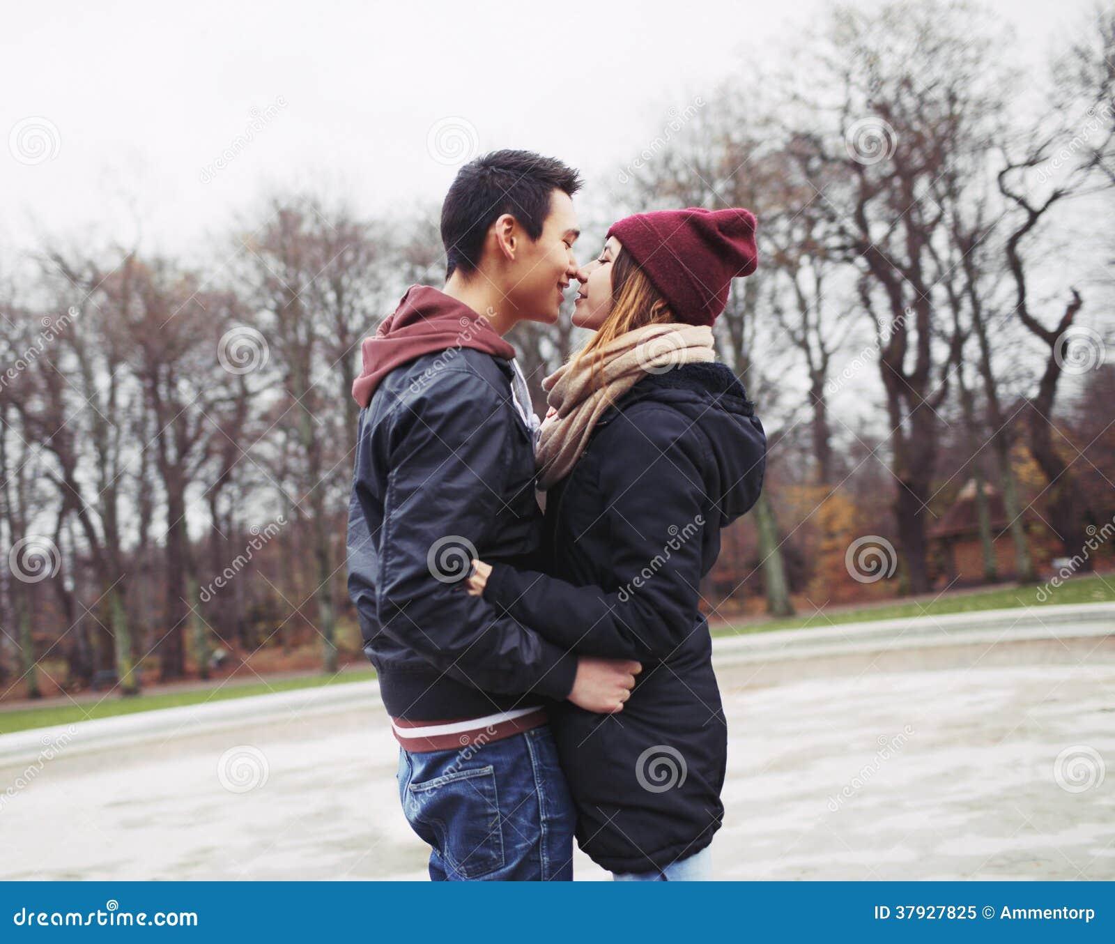 Подростковые пары около для того чтобы иметь запальчиво поцелуй