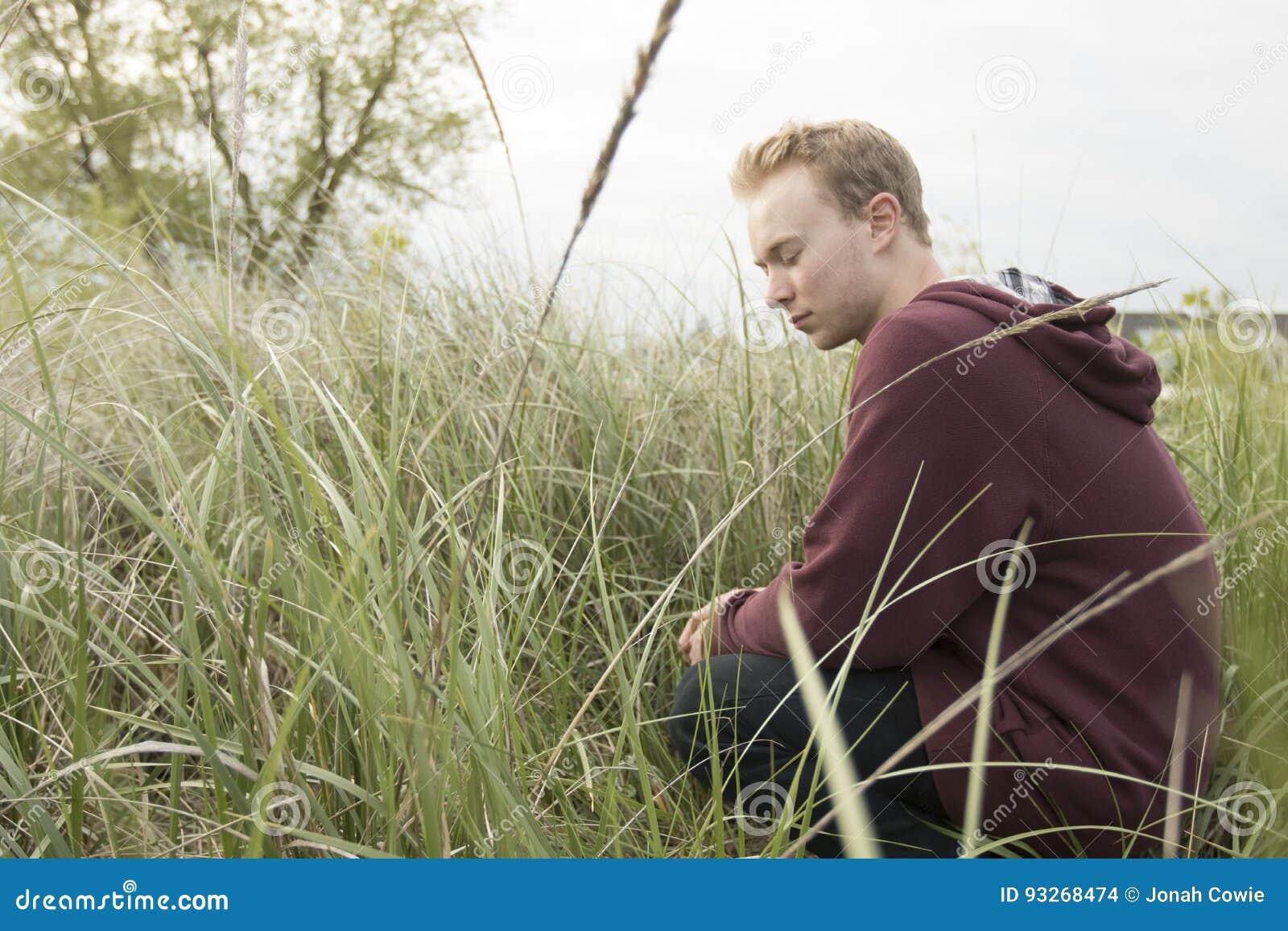 Подросток в открытом поле моля