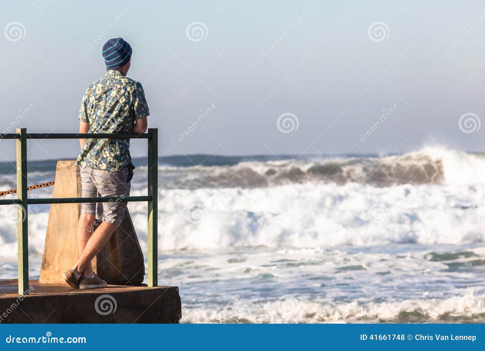 Подросток стоя приливные океанские волны бассейна
