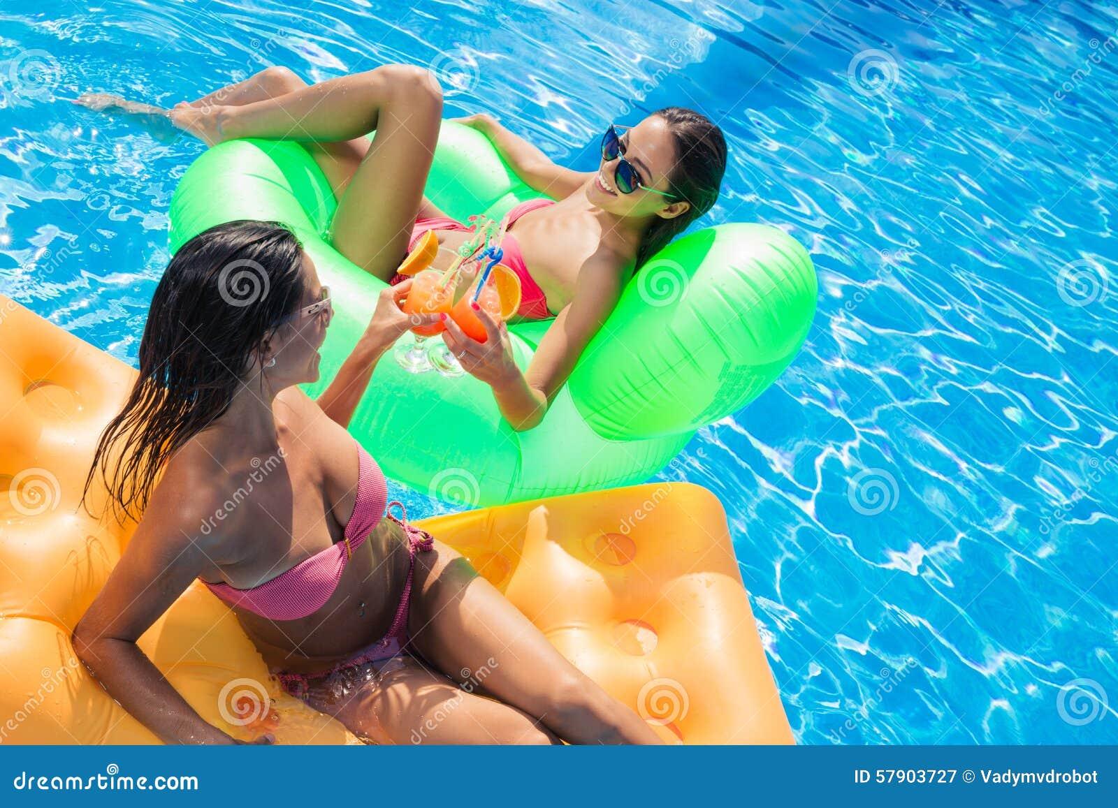 У бассейна с подругами