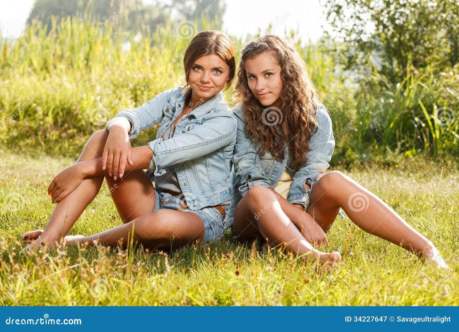 Подруги в траве