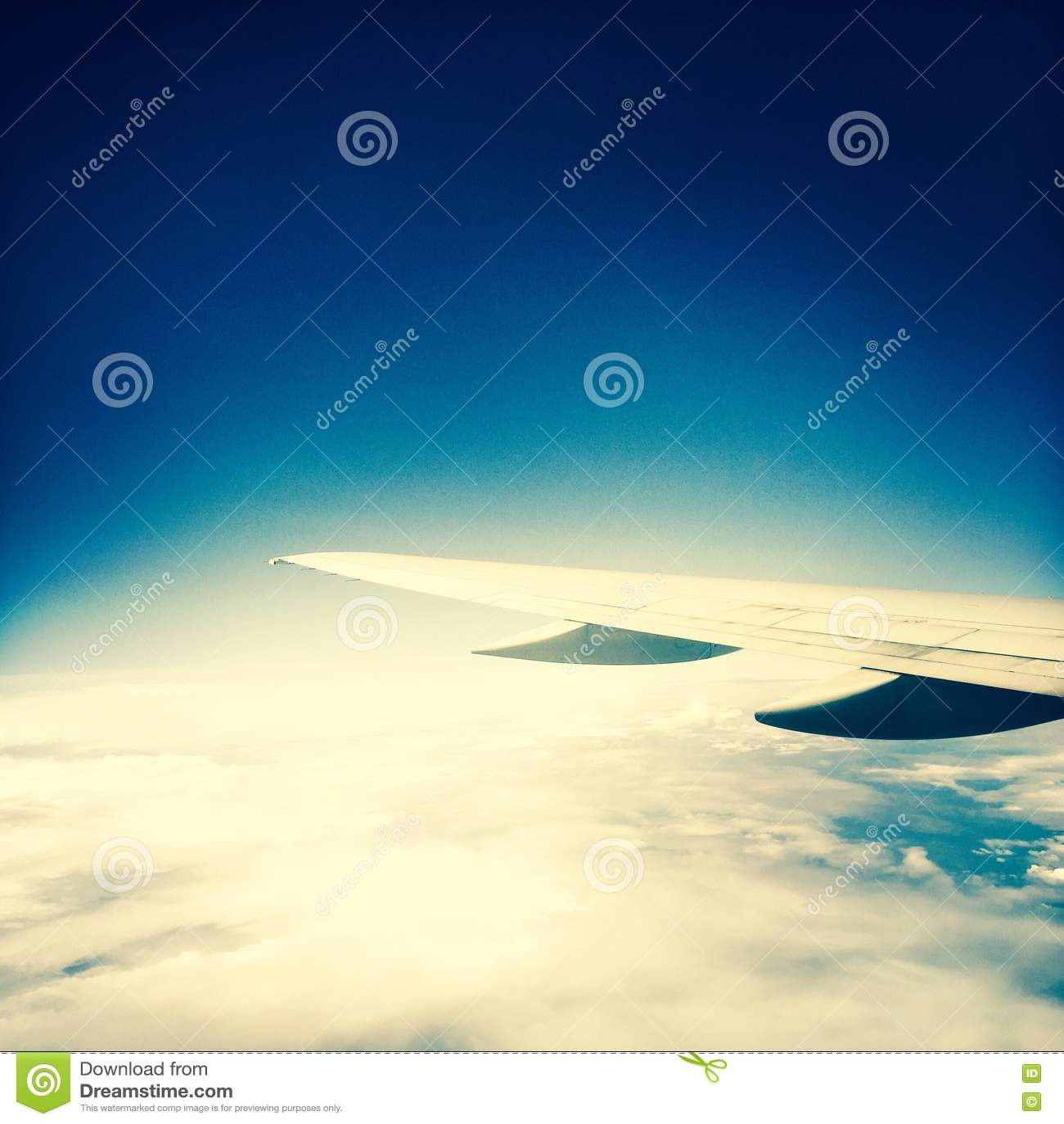 Подсказка самолета над облаками