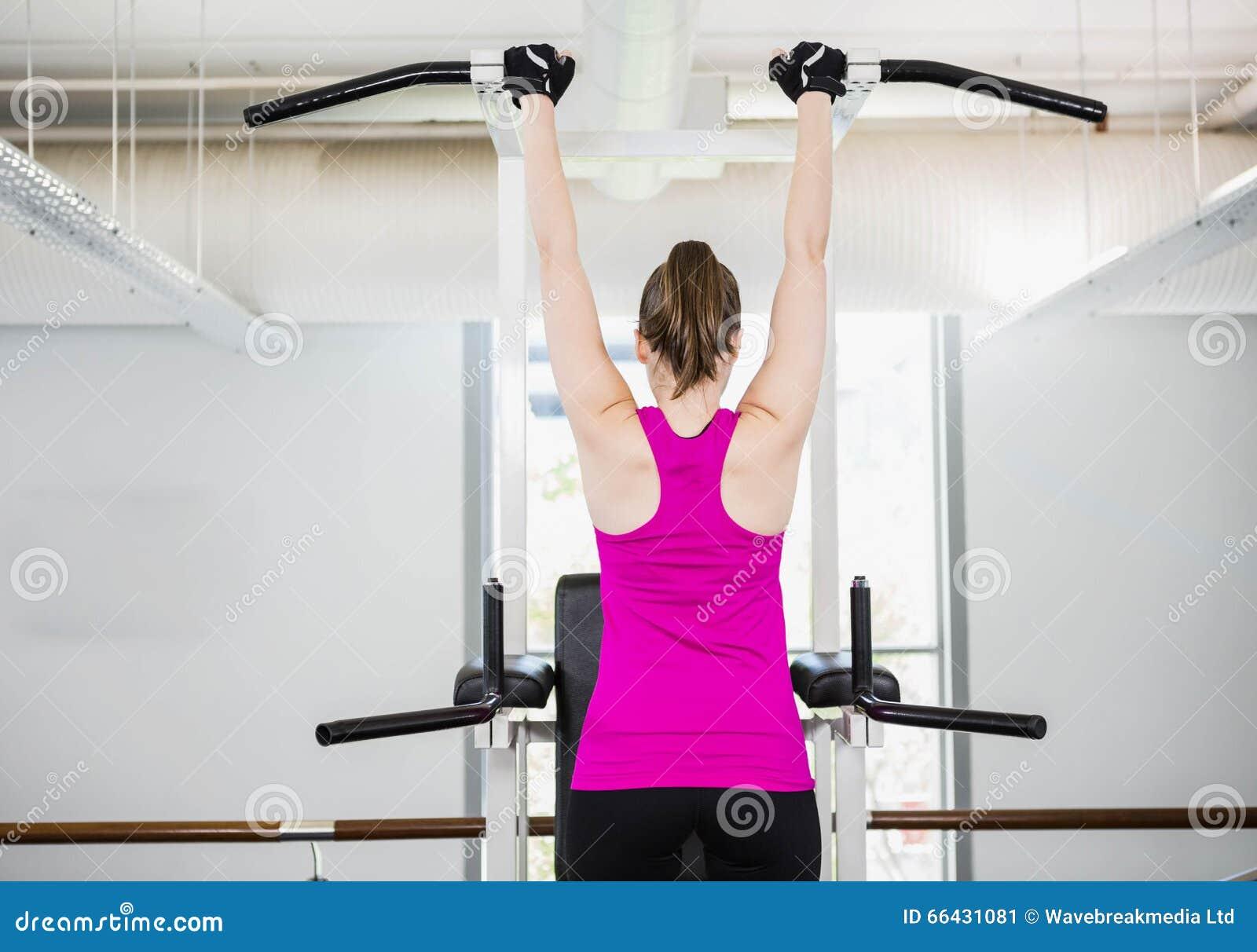 Подходящая женщина делая тягу вверх