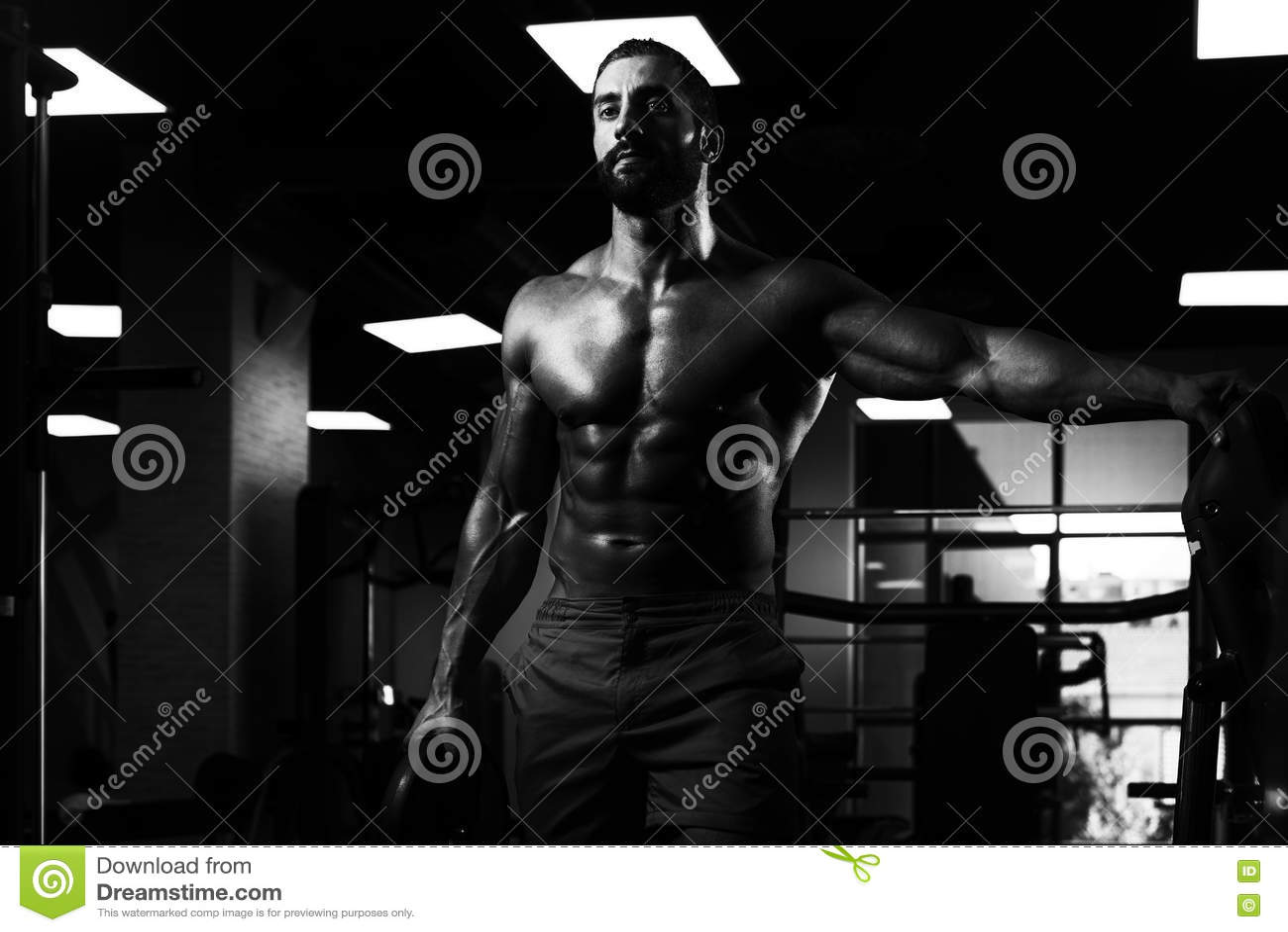 Подходящий человек держа весы в руке