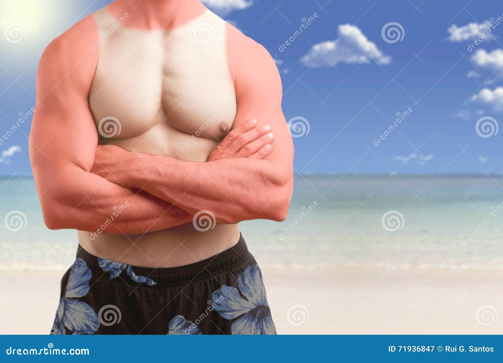 Подходящий человек стоя в пляже с загаром