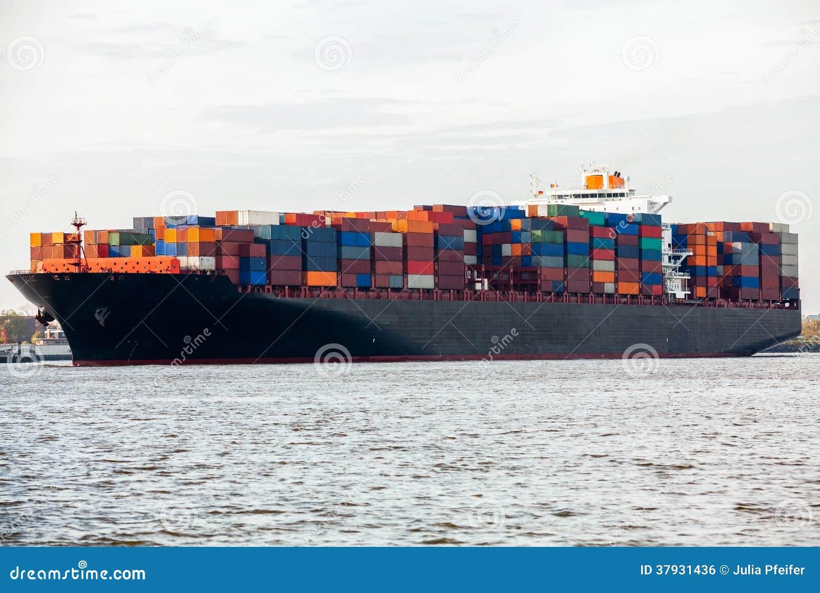 Польностью гружёный контейнеровоз в порте