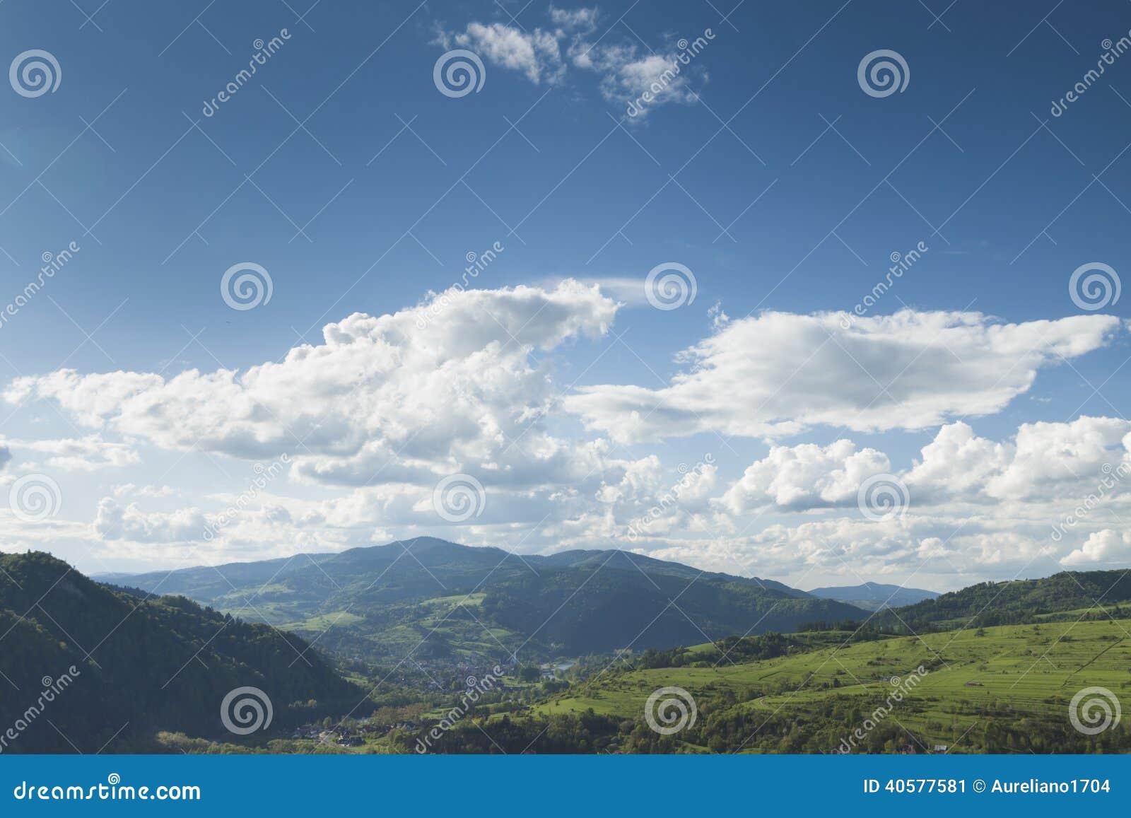 Польша, панорамное Viev горной цепи Gorce, эффектное Clou