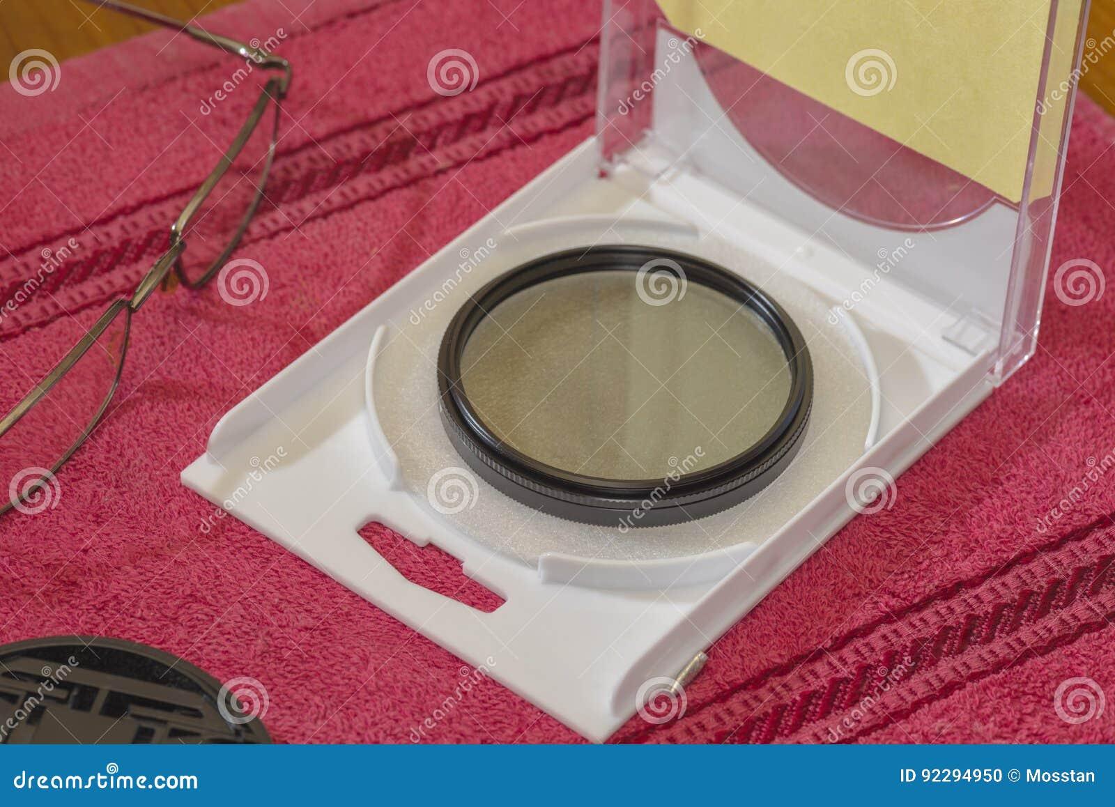 Поляризовывая ПОЛНЫЙ фильтр для объектива на таблице в открытой коробке