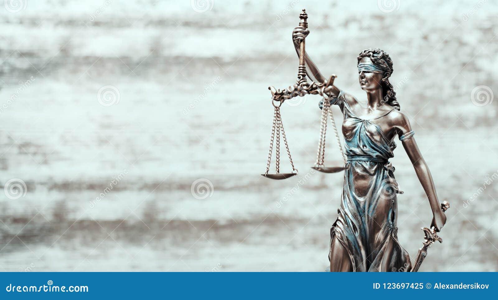 Правосудие статуи Themis вычисляет по маcштабу концепцию дела юриста закона