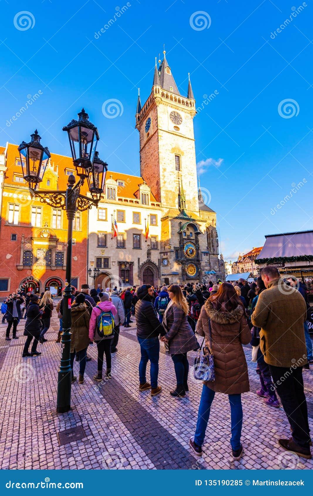 Прага, чехия - 1 12 2018: Старое namesti Staromestske городской площади Праги на чешском поговорить около церков с Orloj