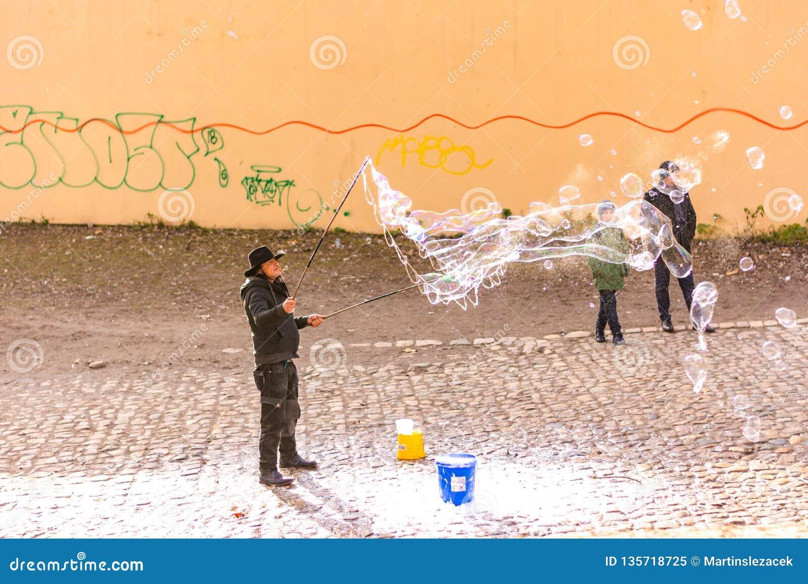 Прага, чехия - 8 12 2018: Художник пузыря делает пузыри мыла на улице города Праги