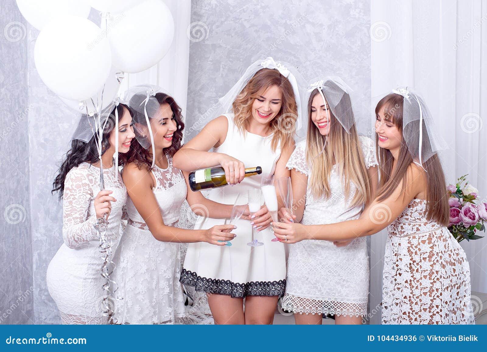 Праздники, ночная жизнь, партия bachelorette и концепция людей - усмехаясь женщины с стеклами шампанского