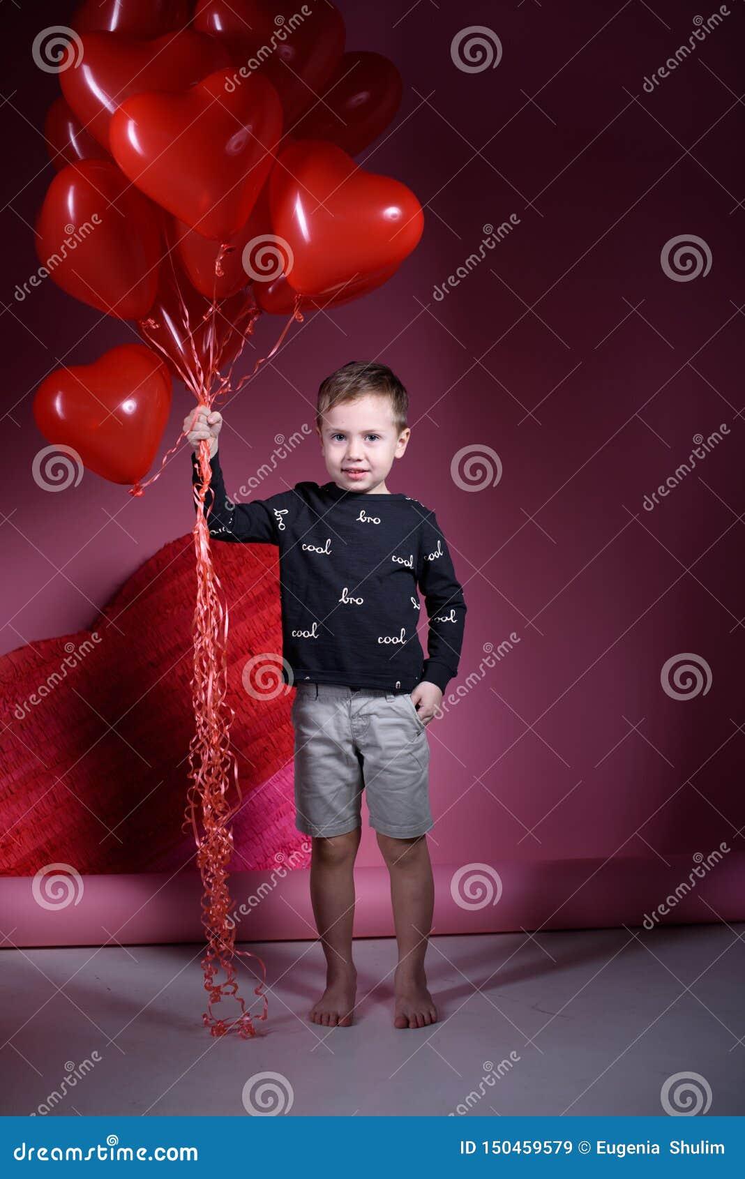 Праздник дня Валентайн Мальчик на день Валентайн с шариками