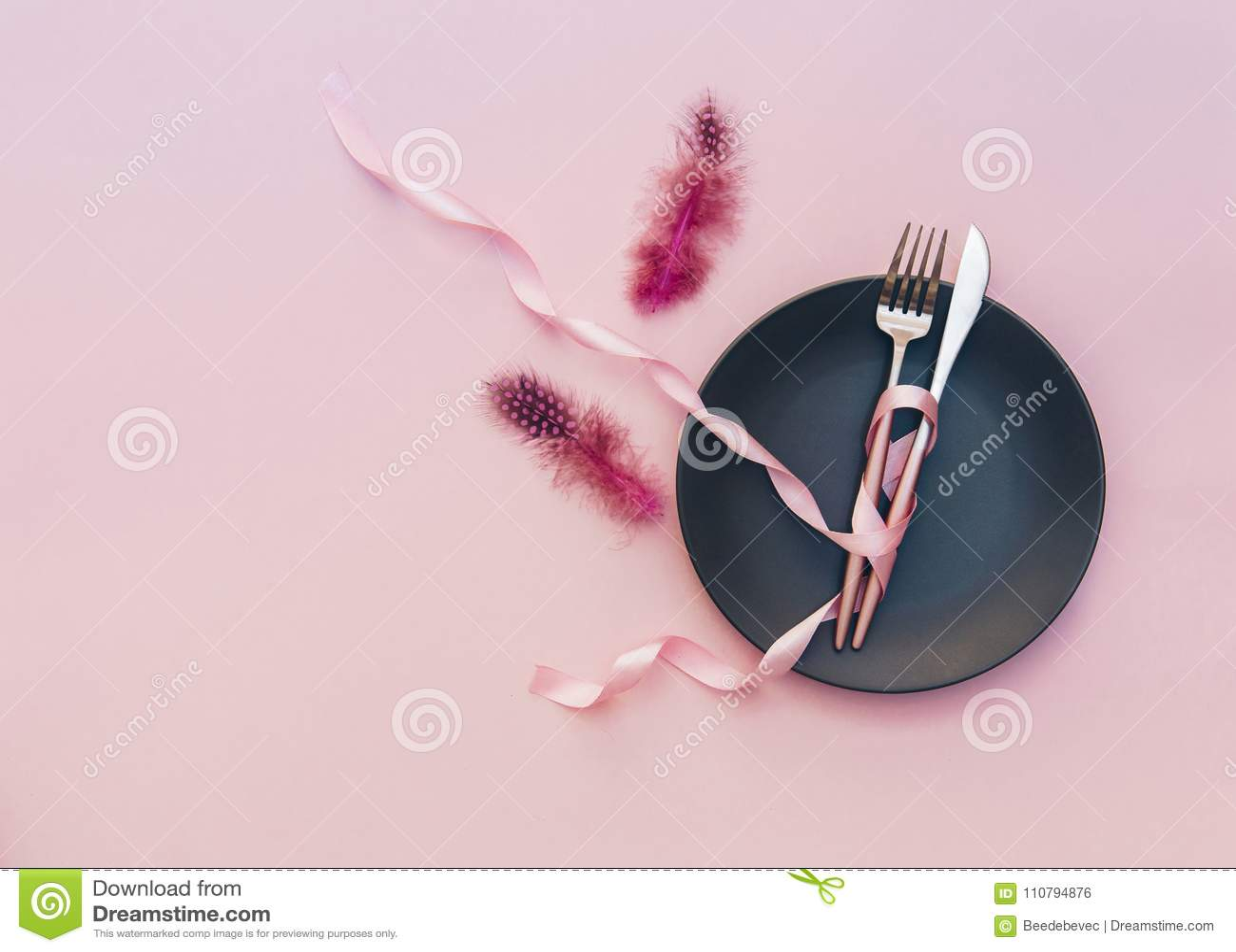 Праздничная сервировка стола партии с на розовой предпосылкой