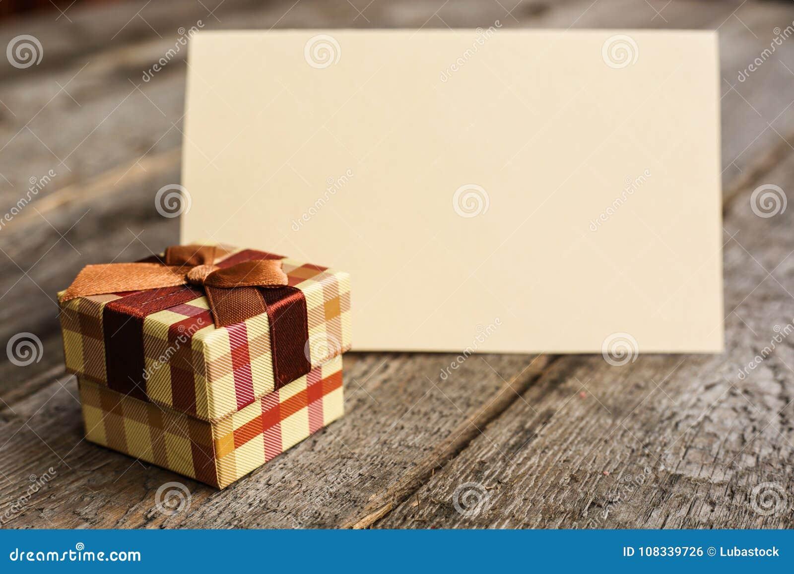 Праздничный подарок и карточка
