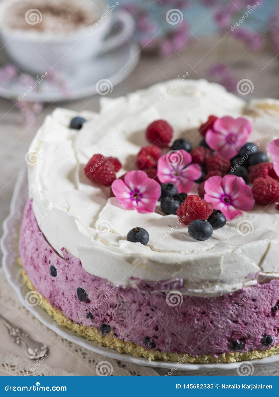 Праздничный торт с ягодами и чашкой ароматичного кофе Винтажная салфетка, ложка и розовые цветки