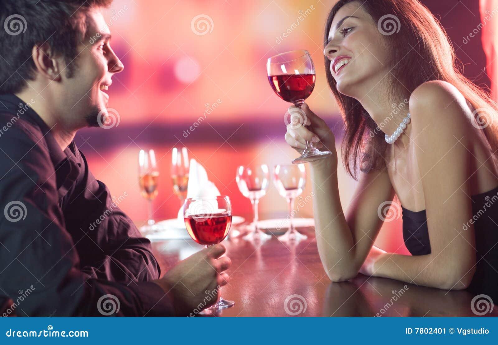 празднующ пар совместно