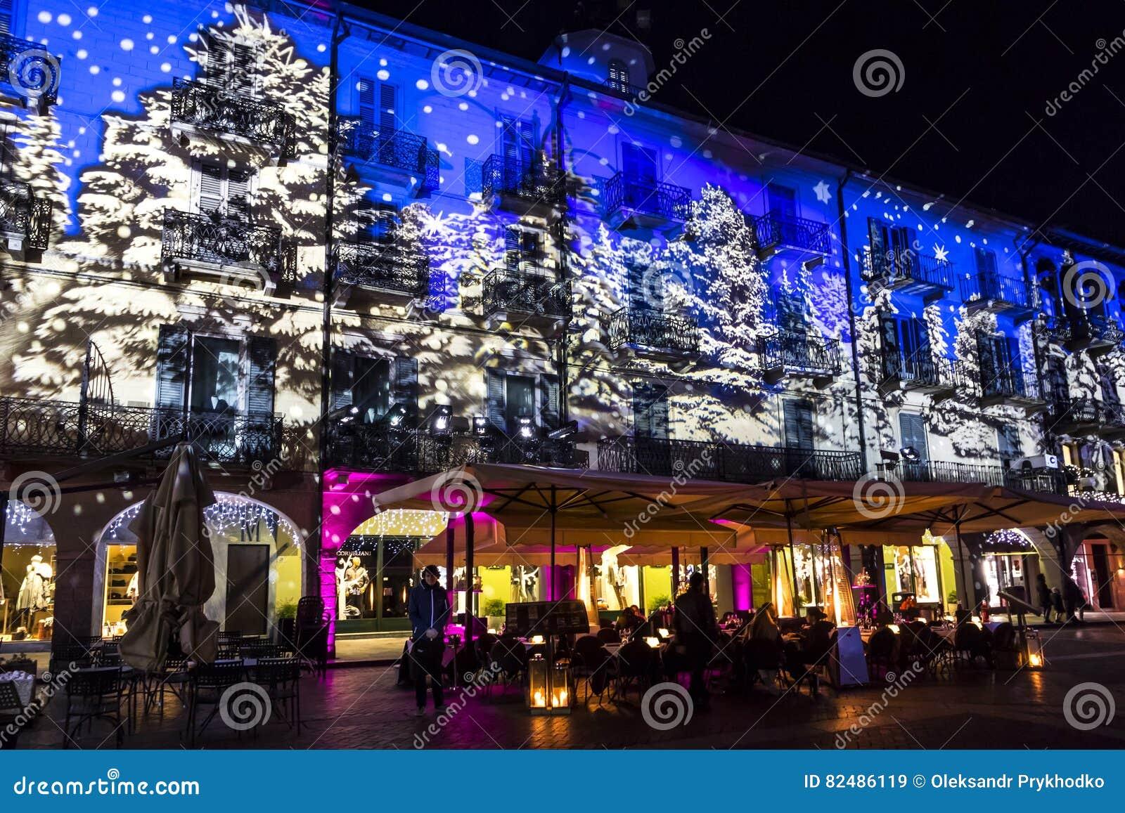 Праздничные украшения рождества на фасадах зданий в Como, I