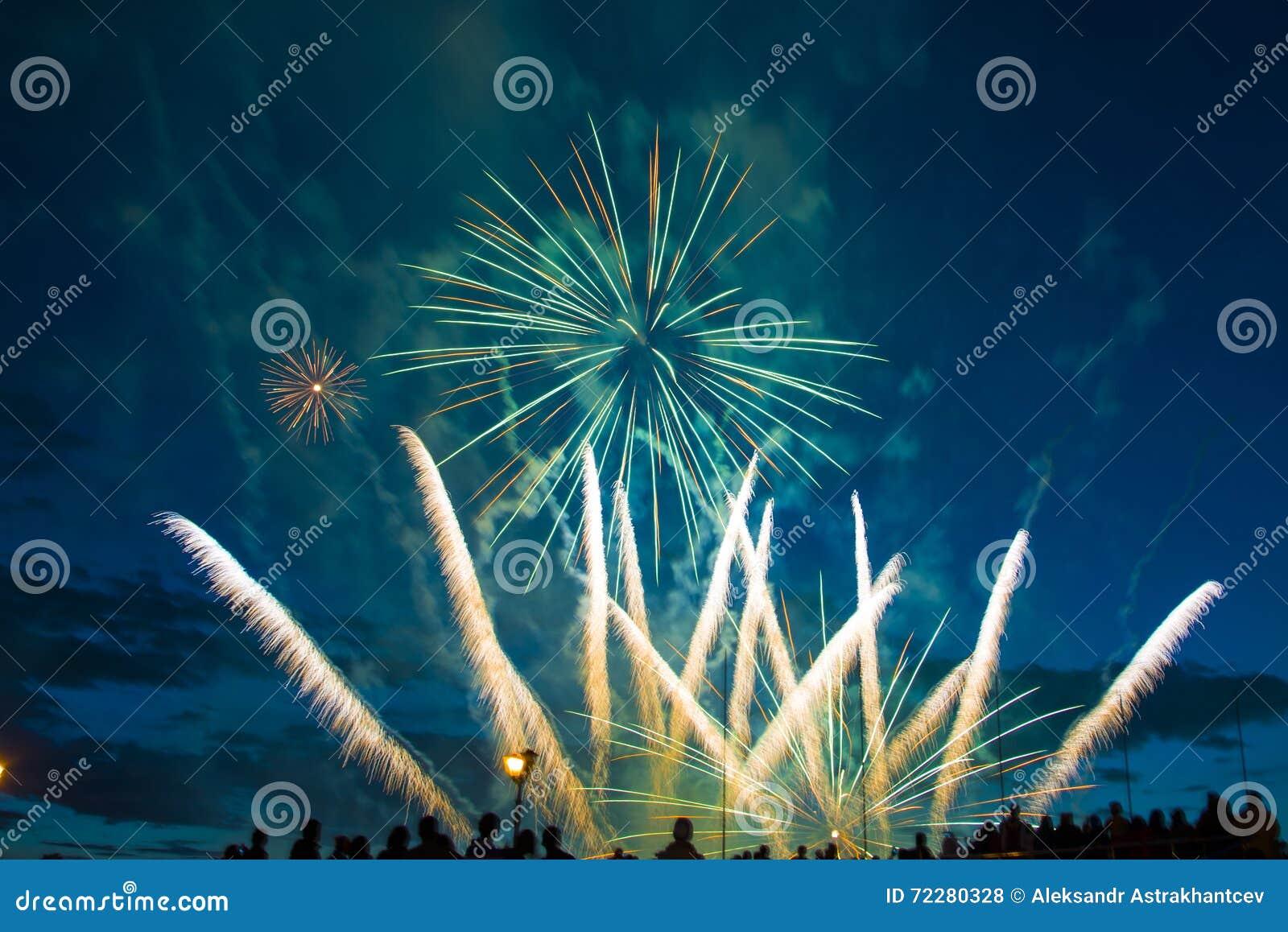 Download Праздничные феиэрверки Новый Год Стоковое Фото - изображение насчитывающей часть, света: 72280328