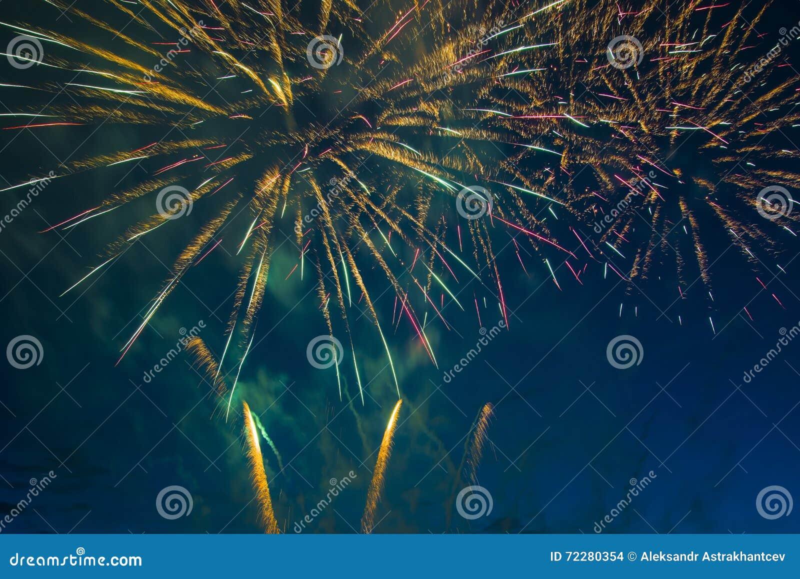 Download Праздничные феиэрверки Новый Год Стоковое Фото - изображение насчитывающей влияния, мухы: 72280354