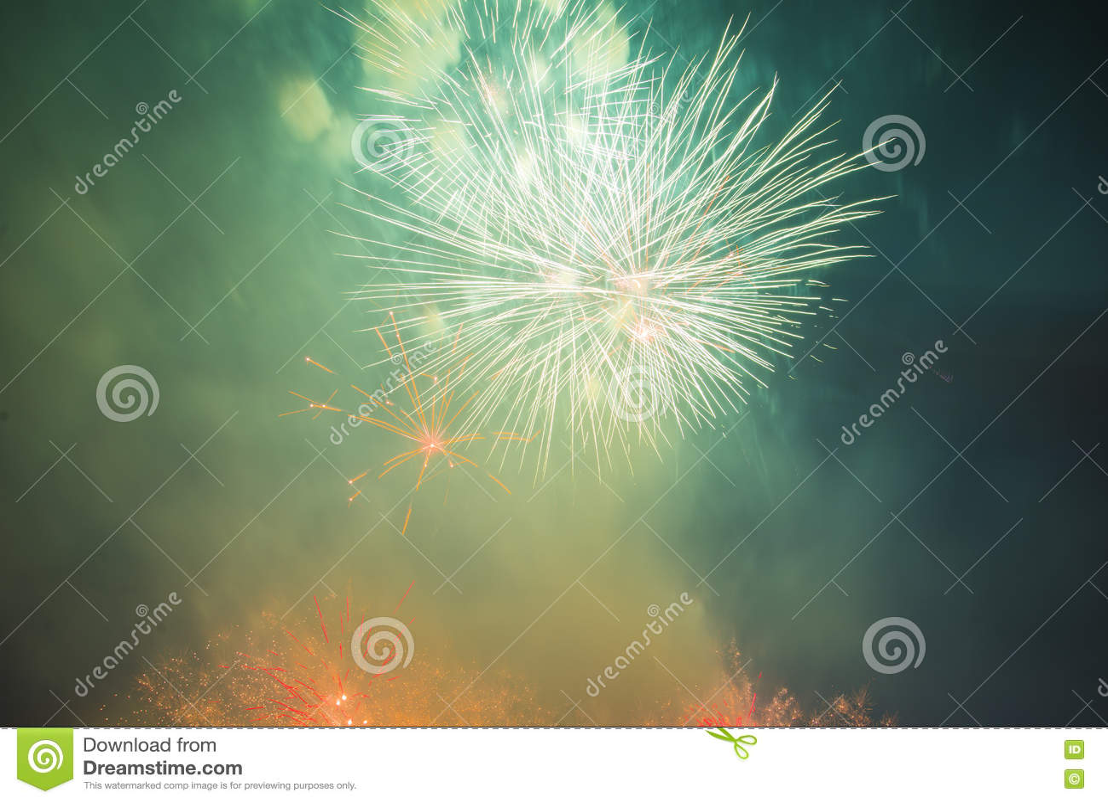 Download Праздничные феиэрверки Новый Год Стоковое Изображение - изображение насчитывающей countdown, цветасто: 72281195