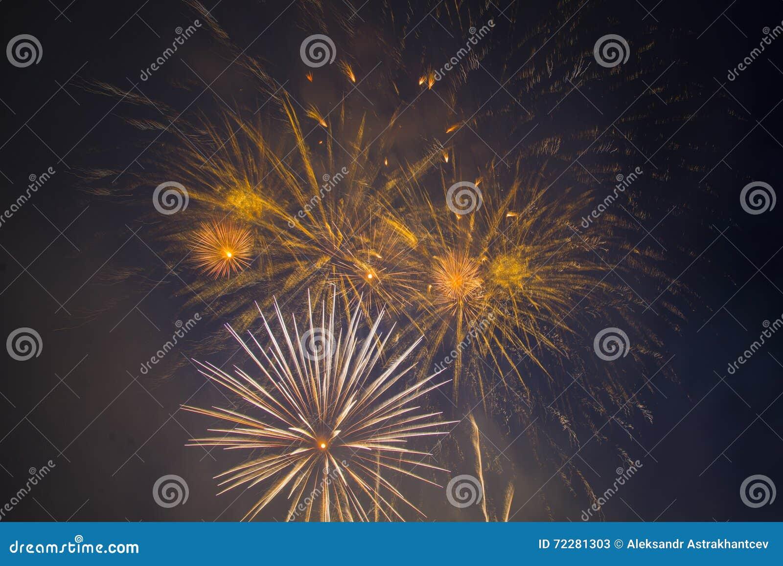 Download Праздничные феиэрверки Новый Год Стоковое Изображение - изображение насчитывающей англия, мухы: 72281303