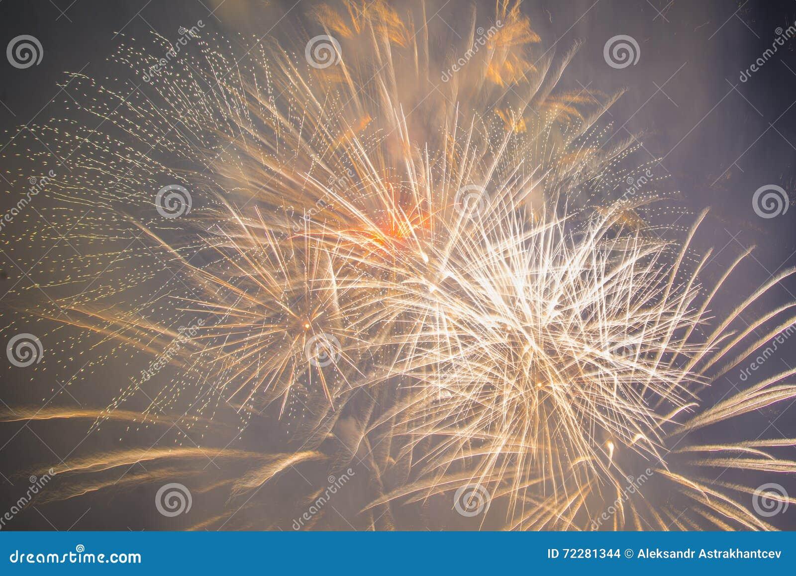 Download Праздничные феиэрверки Новый Год Стоковое Фото - изображение насчитывающей мухы, годовщина: 72281344