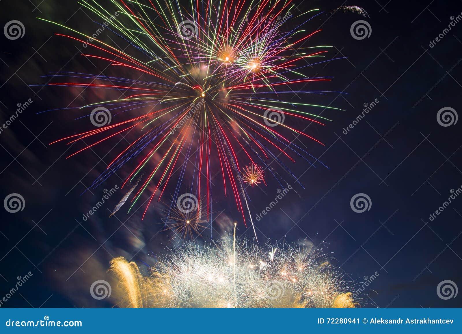 Download Праздничный салют в честь дня победы дальше может 9 Стоковое Изображение - изображение насчитывающей страна, феиэрверки: 72280941