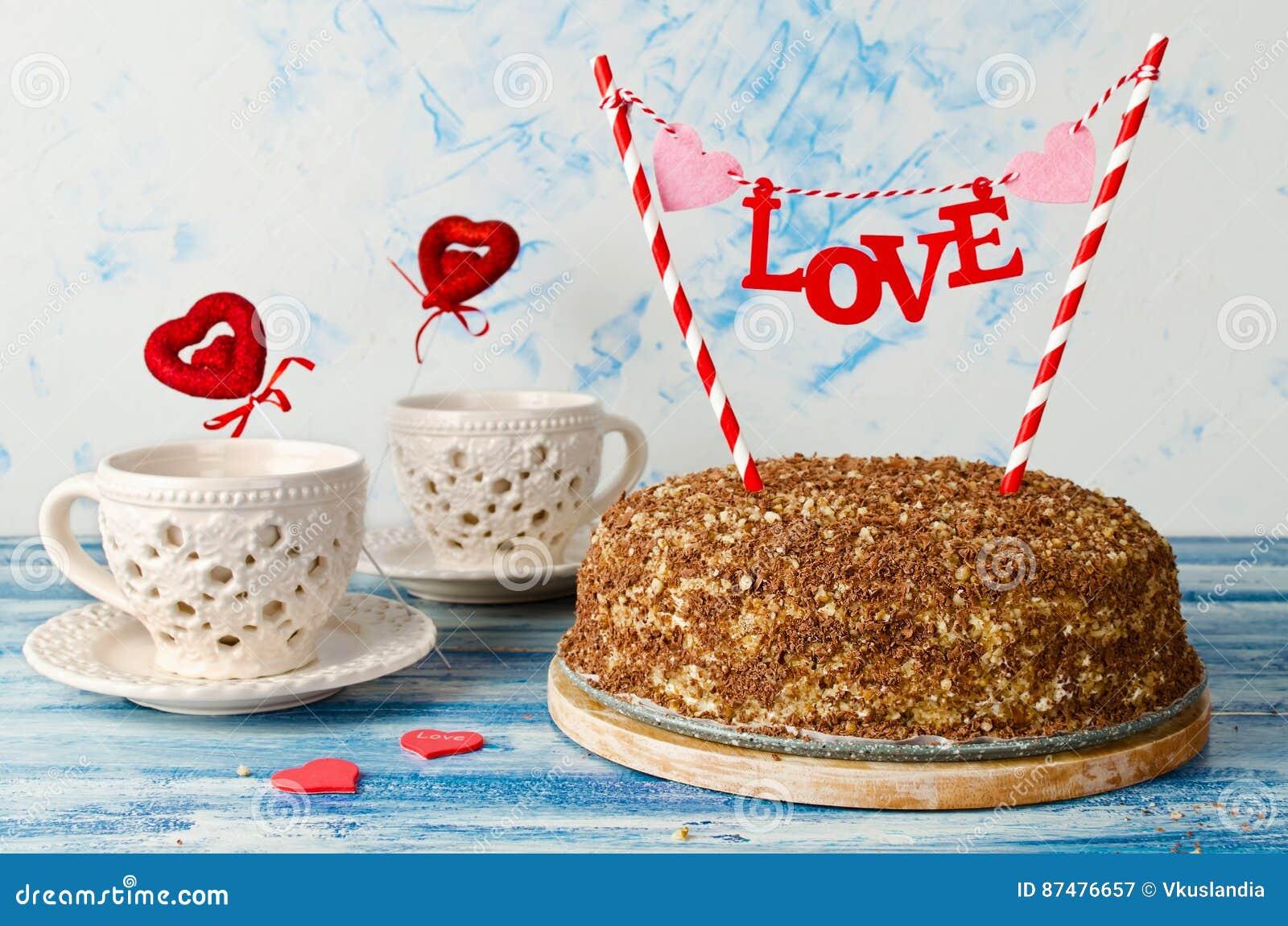 Праздничный торт с влюбленностью экстракласса на голубой предпосылке