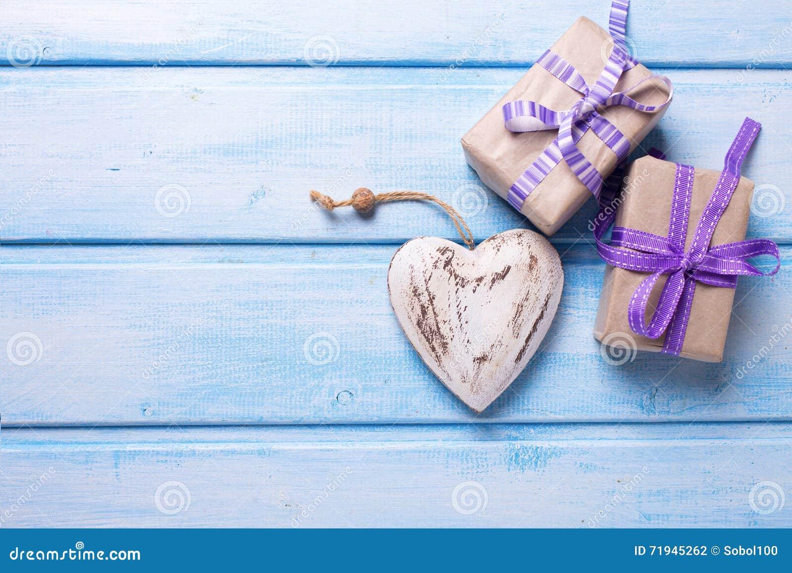 2 праздничных подарочной коробки с настоящими моментами и декоративным сердцем