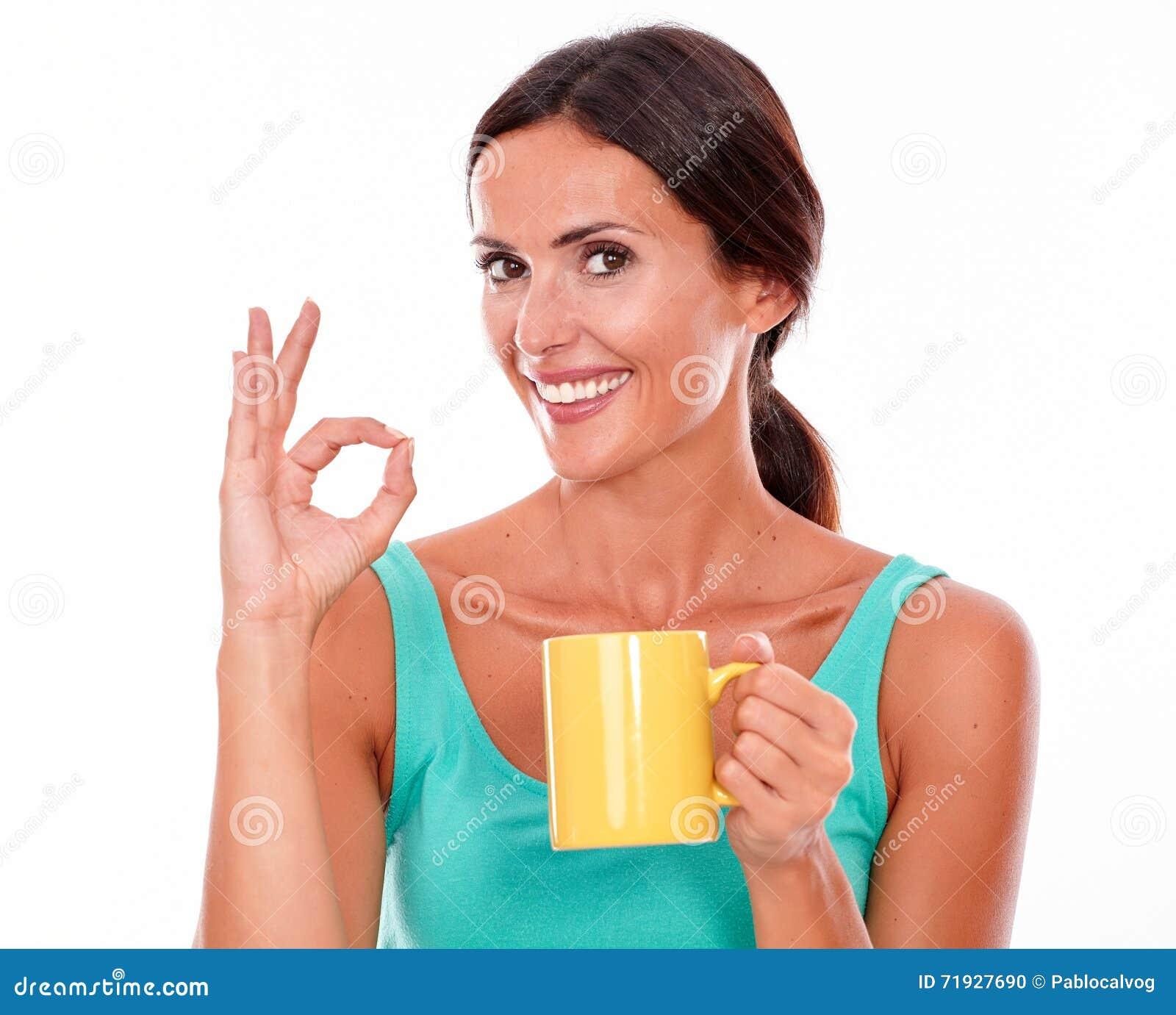 Праздновать женщину брюнет с кружкой кофе