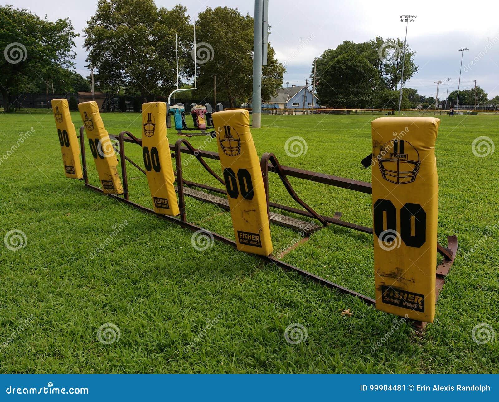 Практика футбола преграждая скелетон