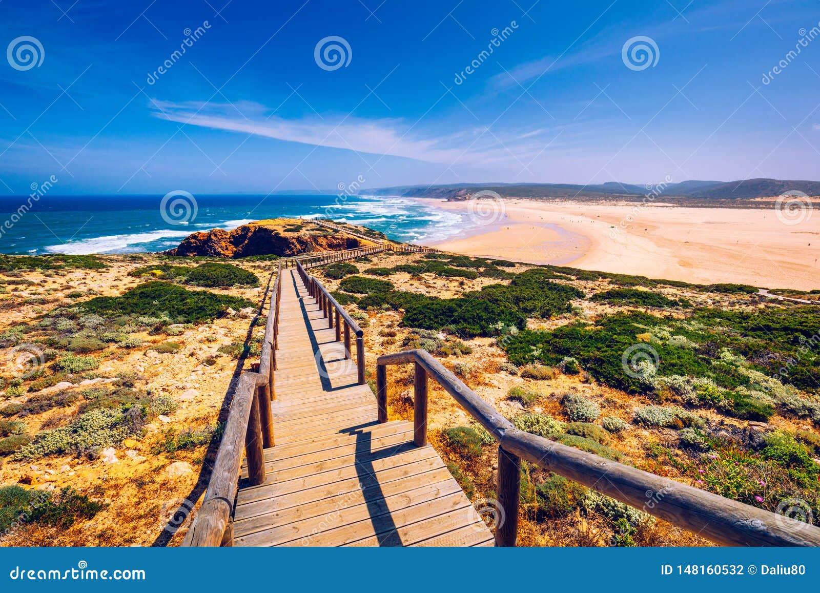 Прая da Bordeira и променады формируя часть следа приливов или прогулки Pontal da Carrapateira в Португалии Изумляя взгляд