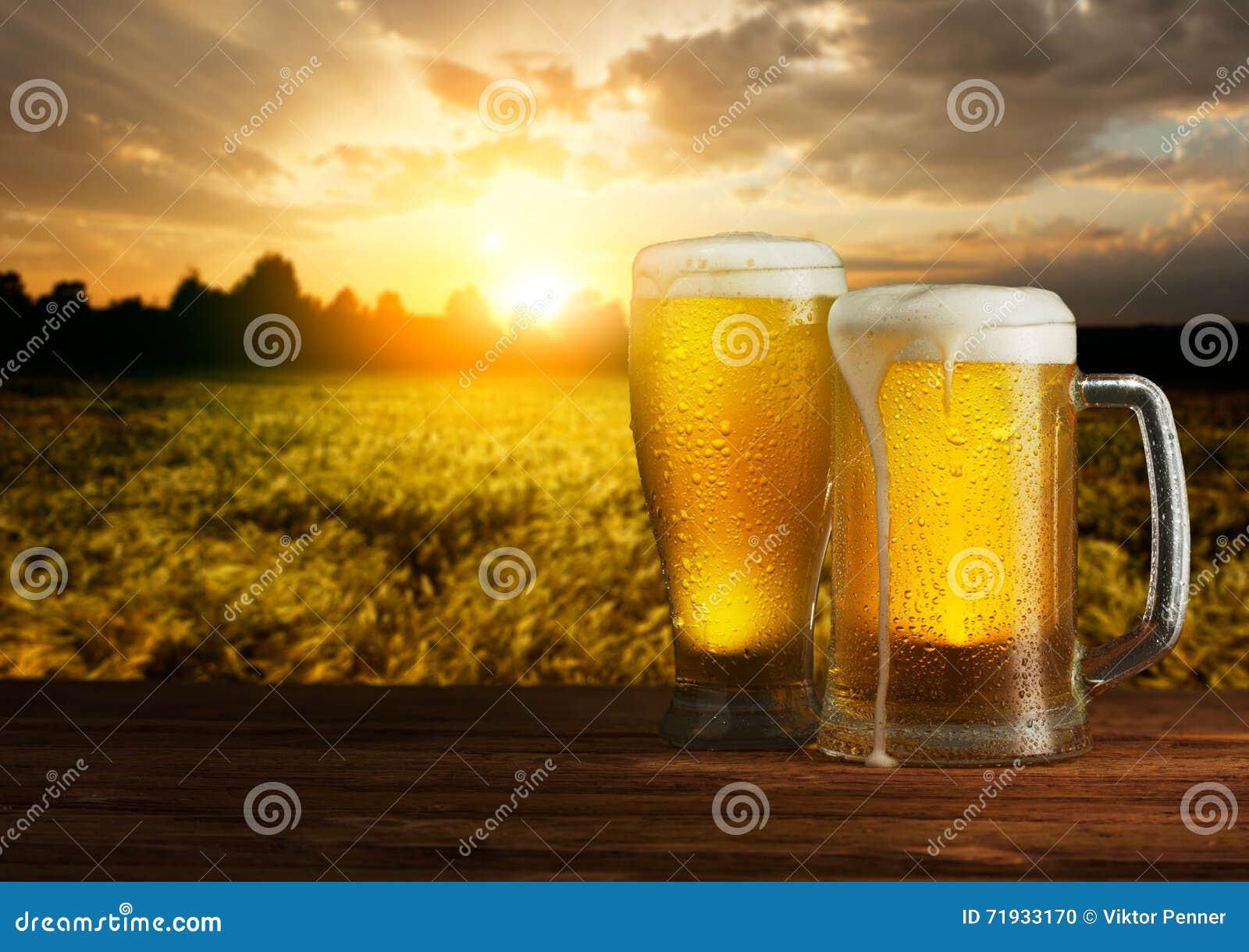 Превосходное светлое пиво на деревянном столе