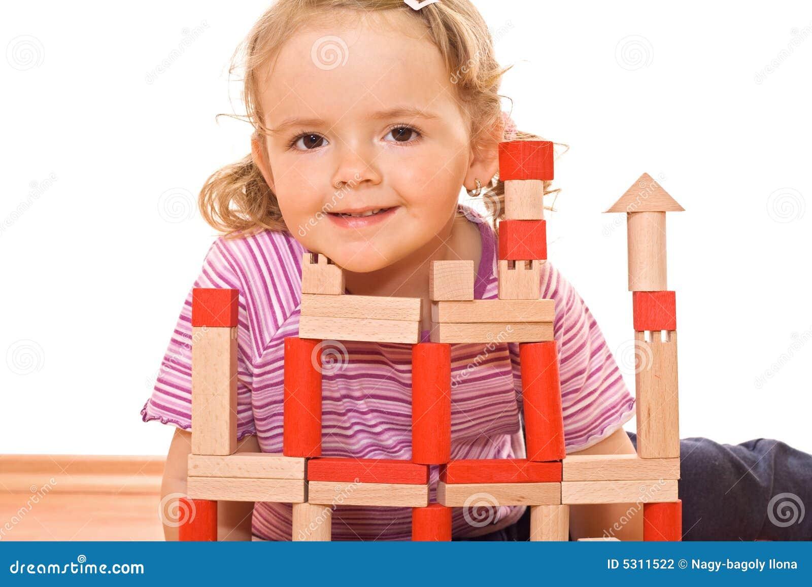 преграждает девушку немногая играть деревянный