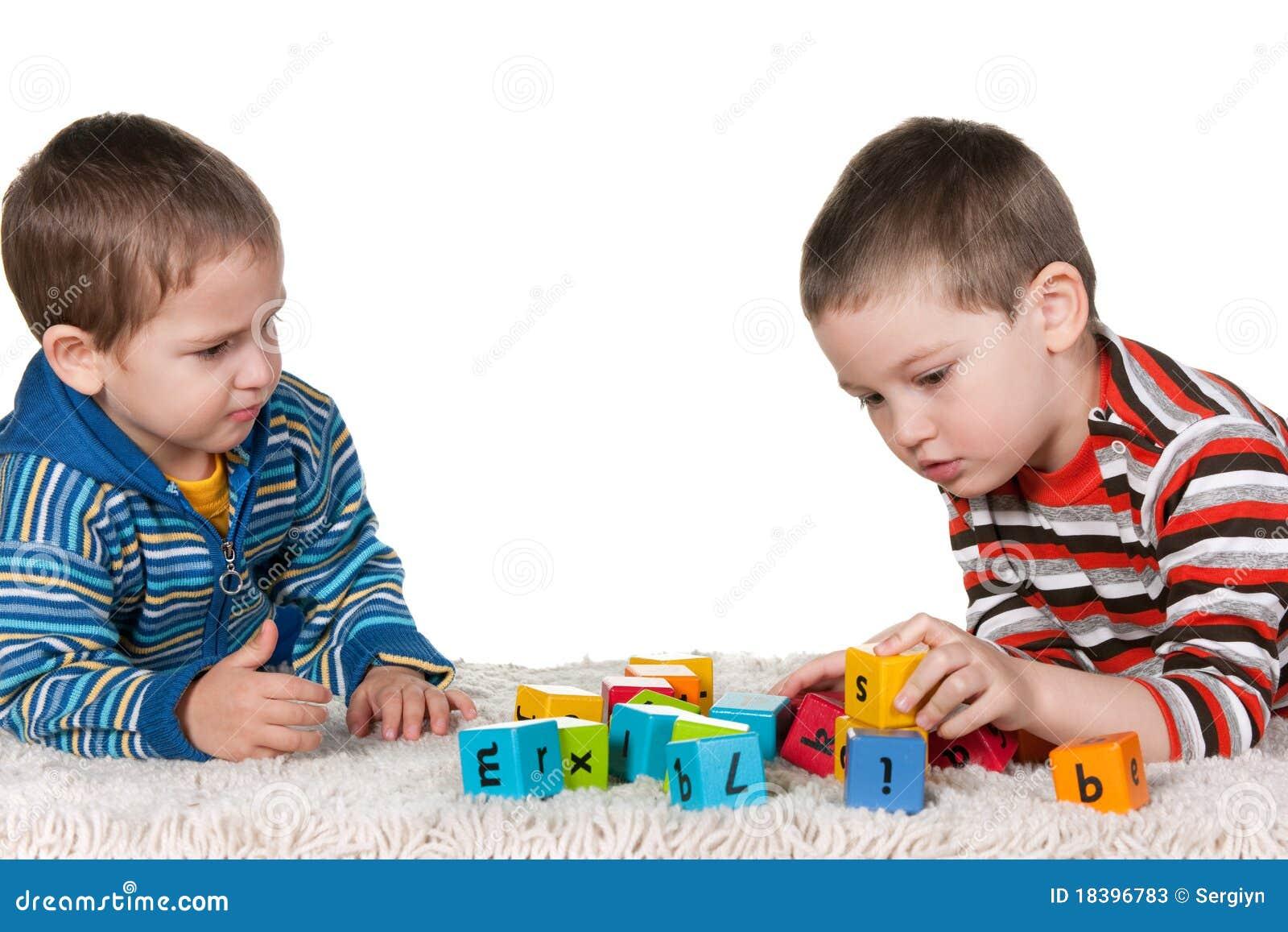 преграждает играть ковра братьев